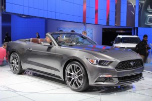 2015-Ford-Mustang-Convertible-at-2014-NAIAS-front-quarter